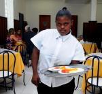 Alunos com síndrome de Down aprendem a profissão de Auxiliar de Cozinha em aulas práticas